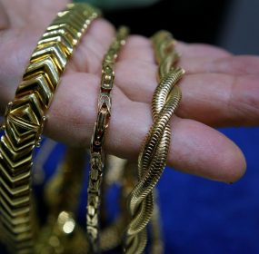 Gold jewelry for sale is seen at a jewelers in New York City December 19, 2013. The U.S. jewelry industry is on track to post its highest holiday sales since 2010, the best performance since the economic crisis, according to precious metal consultant Thomson Reuters GFMS.     REUTERS/Mike Segar     (UNITED STATES - Tags: BUSINESS COMMODITIES) - RTX16OSV